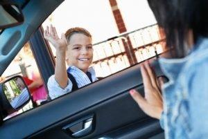 Mengantar dan menjemput anak ke sekolah bagi moms yang bekerja