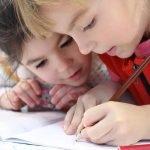 anak mengisi waktu luang dengan belajar